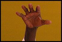 Une main...